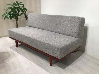アームレスのシンプルデザインのソファ
