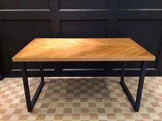 ヘリンボーン柄がかわいい新作ダイニングテーブル!
